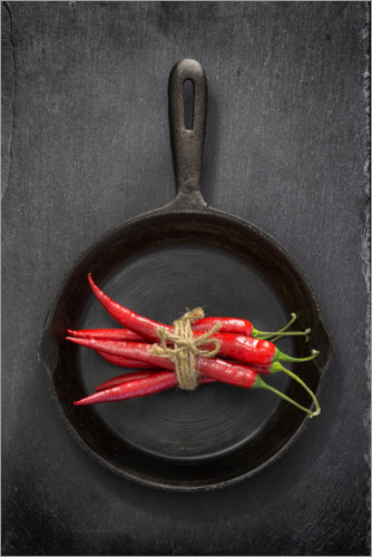 Premium poster Chili peppers in black iron pan