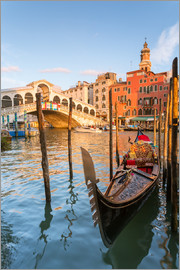 Matteo Colombo - Gondola at Rialto bridge