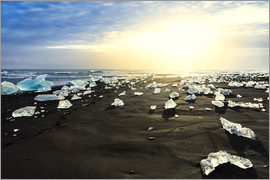 Alex Robinson - Icebergs on a black sand volcanic beach next to the Jokulsarlon glacial lake in Vatnajokull National