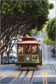 Matteo Colombo - Cable tram in a street of San Francisco, California, USA