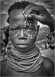 Joxe Inazio Kuesta - Painting the face of a karo tribe girl