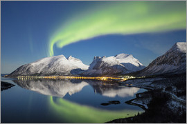 Roberto Moiola - Northern lights (aurora borealis) and stars light up the snowy peaks reflected in the cold sea, Berg