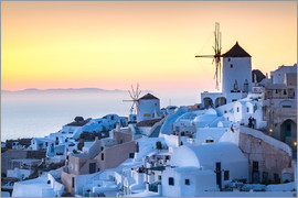 Matt Parry - Sunset over the white stone buildings and windmills of Oia on the tip of Santorini's caldera, Santor
