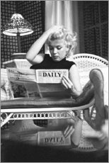 Wood print  Marylin Monroe reading a newspaper - Celebrity Collection