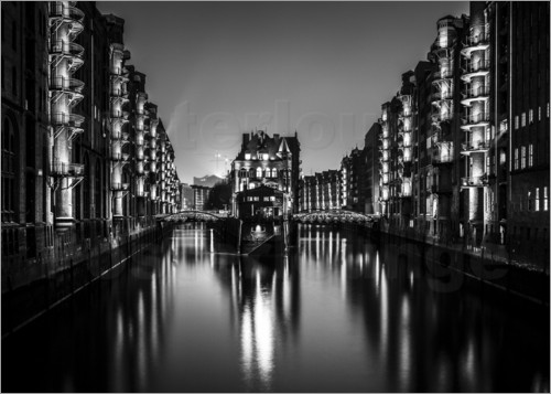 posters affiches de hambourg la speicherstadt de nuit noir et blanc posterlounge. Black Bedroom Furniture Sets. Home Design Ideas