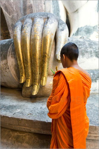 Matteo Colombo - Monk praying in front of Buddha Hand