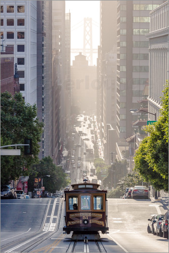 Matteo Colombo - Cable car in California street with Bay bridge in the background, San Francisco, USA
