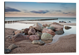 Alu-Dibond  Stones and groynes on shore of the Baltic Sea. - Rico Ködder