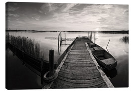 Canvas  Wooden pier on lake with fishing boat - black and white - Frank Herrmann