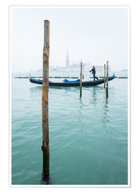 Premium poster Gondolier with his gondola on the water in Venice in fog