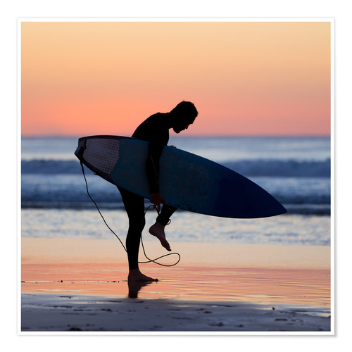 Premium poster Silhouette of male surfer on the beach