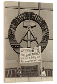 Wood print  Protesters holding a banner on the balcony of the Palast der Republik