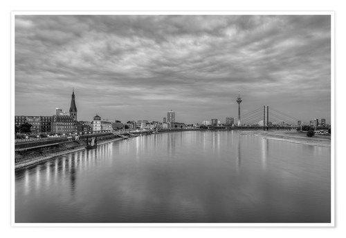Premium poster Düsseldorf skyline in the evening in black and white