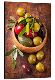 Alu-Dibond  Bowl with olives on a wooden table - Elena Schweitzer