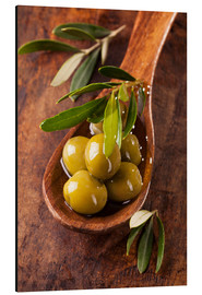 Aluminium print  Spoon with green olives on a wooden table - Elena Schweitzer